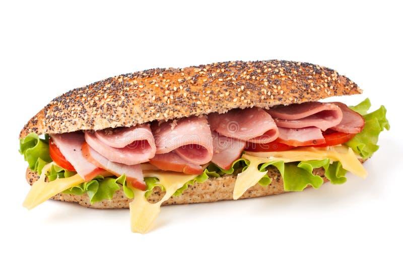 Langes Sandwich mit Kopfsalat, Tomaten und Schinken stockfotografie