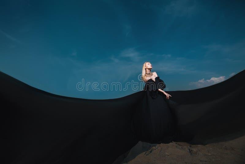 Langes schwarzes Kleid stockbild