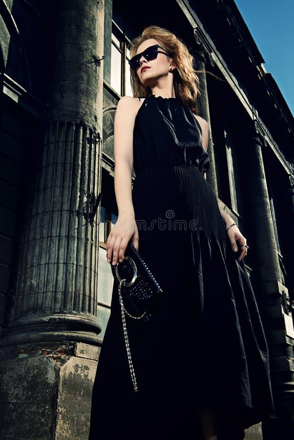 Langes schwarzes Kleid stockfotografie