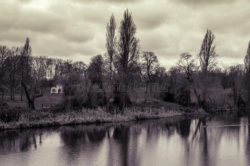 Langes Wasser und Kensington-Gärten in Hyde Park in London, Großbritannien, herein stockbilder