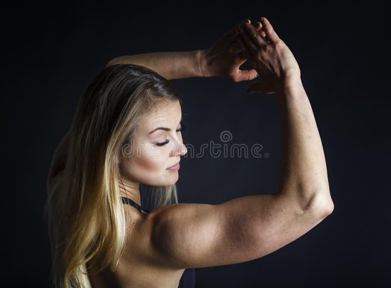 Langes weißes Haar der attraktiven Eignungsfrau, ausgebildeter weiblicher Körper, Lebensstilporträt, kaukasisches Modell stockfotografie