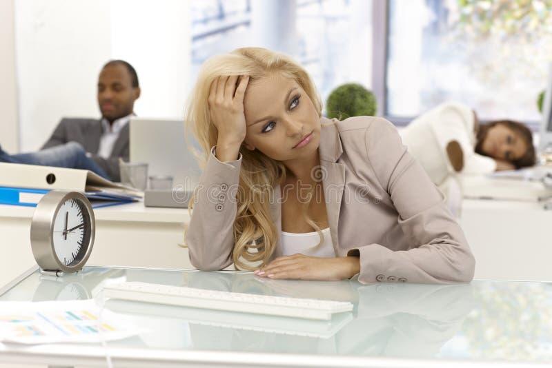 Langeweile am Arbeitsplatz lizenzfreie stockfotos