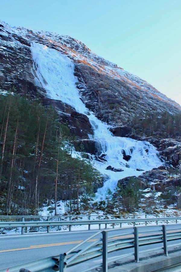 Langfossen su orario invernale immagine stock libera da diritti