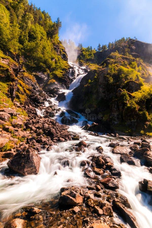 Langfossen vattenfall i Norge på den soliga sommardagen arkivbilder