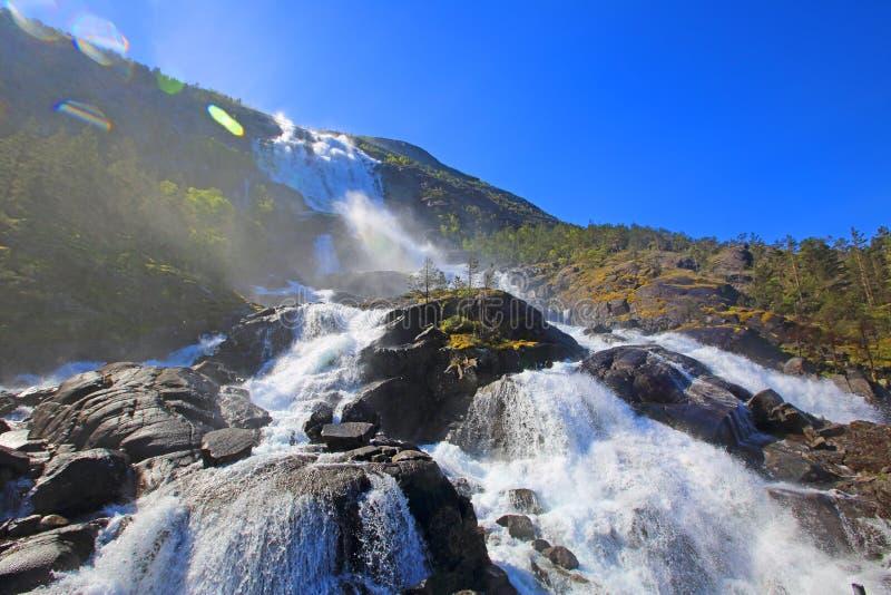 Langfossen vattenfall i sommar fotografering för bildbyråer