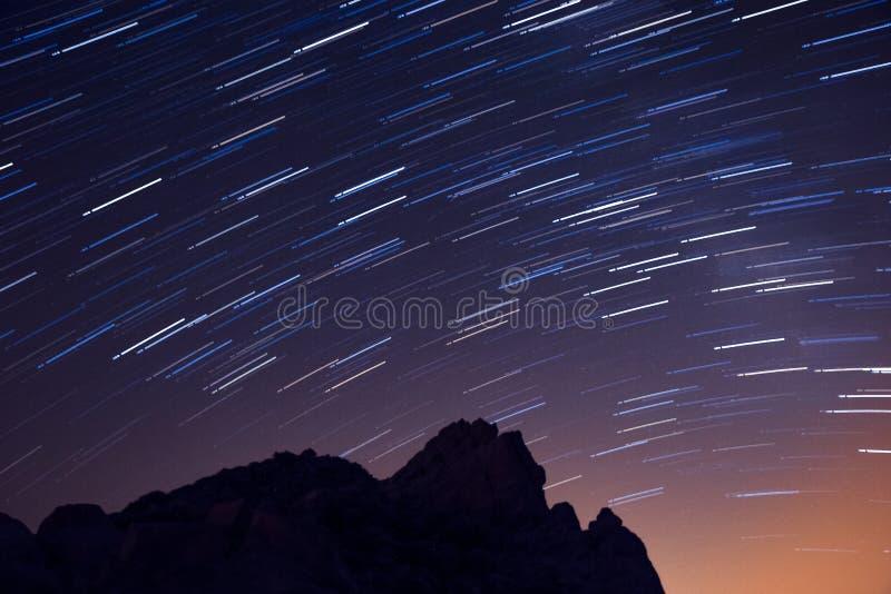 Langfristige Belichtung von Sternen über vulkanischer Landschaft Nationalparks Teide, Teneriffa, Spanien lizenzfreie stockfotos