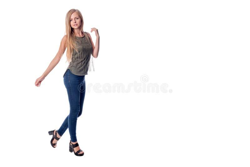Langhaarige Blondine der Junge recht, die in der zufälligen Kleidung Darstellen, etwas zeigend, den Raum zu kopieren an lokalisie lizenzfreies stockfoto