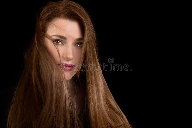 Langhaarige Schönheit mit schlampiger Frisur stockfotografie