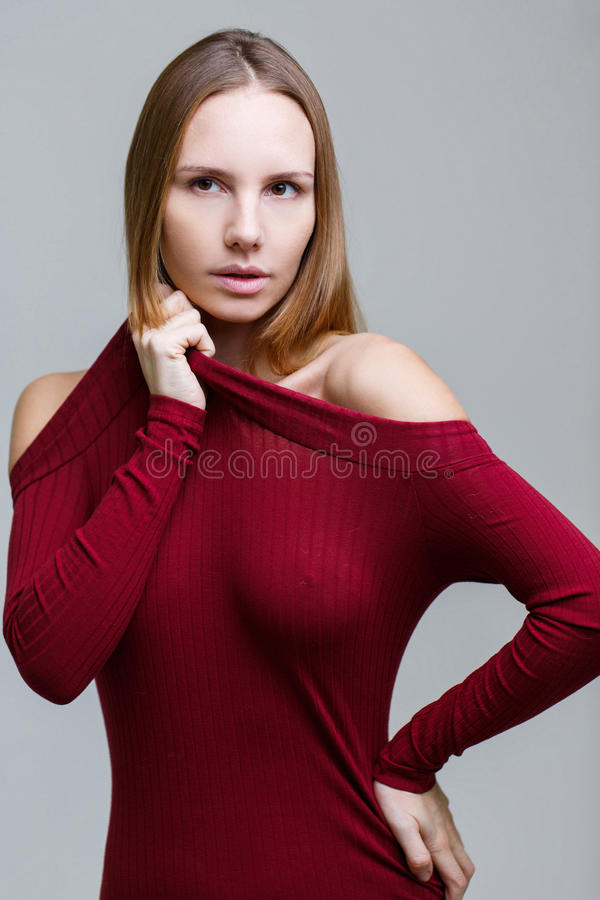 Langharig meisje in rode kleding royalty-vrije stock afbeelding