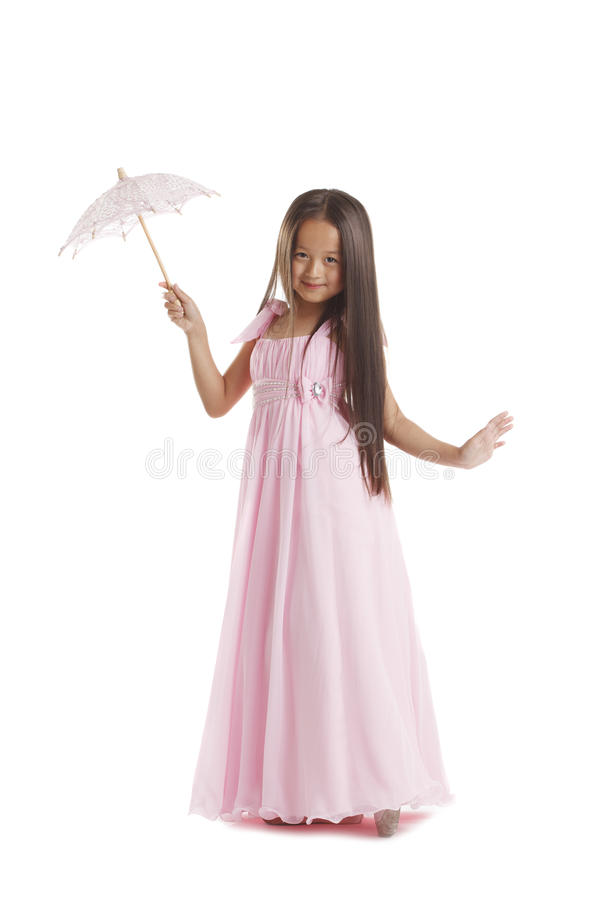 Langharig weinig het donkerbruine stellen in roze kleding royalty-vrije stock fotografie