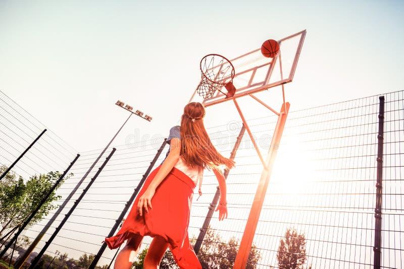 Langharige actieve dame in sportieve comfortabele uitrusting stock afbeeldingen