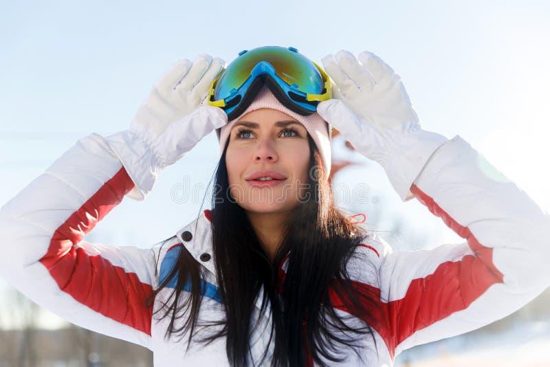 Langharige sportvrouw in skikostuum royalty-vrije stock foto's