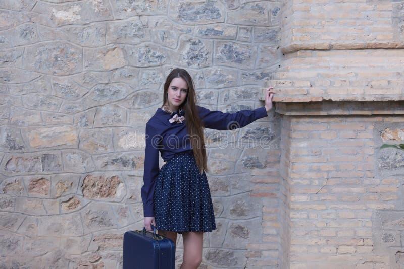 Langharige vrouw die op kolom leunen stock afbeelding