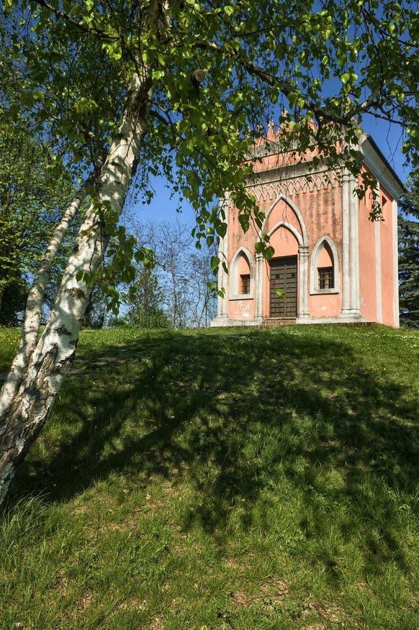 Langhe -圣彼得罗delle Viole教堂在Barolo 库存图片