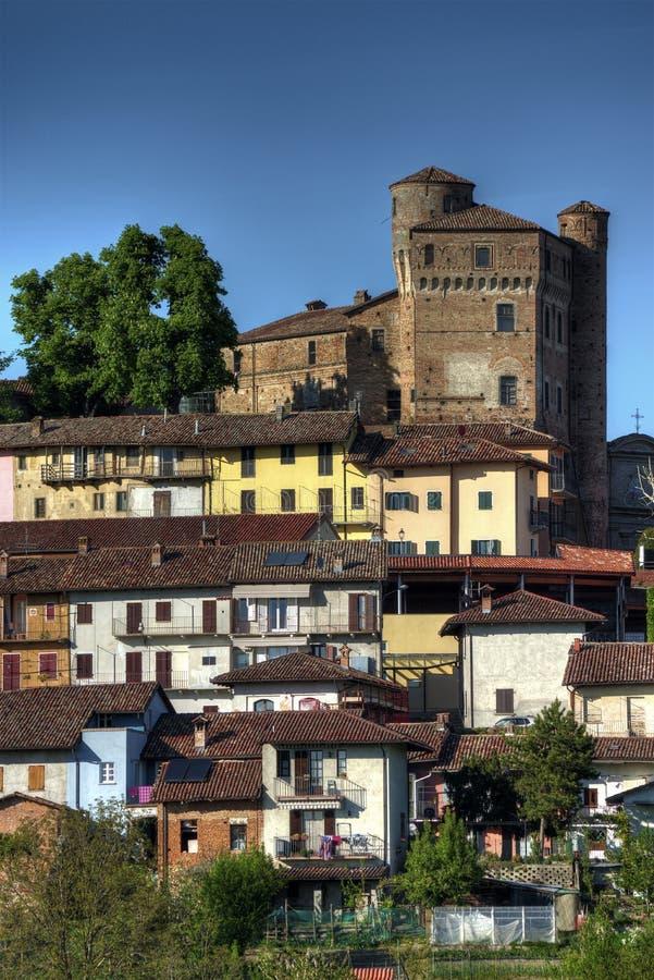 Langhe - Blick der Stadt von Roddi mit seinem imponierenden Schloss stockbilder