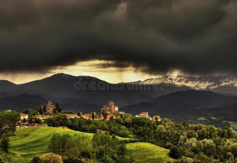 Langhe - die Stadt von Ciglié unter einem stürmischen Himmel stockbild