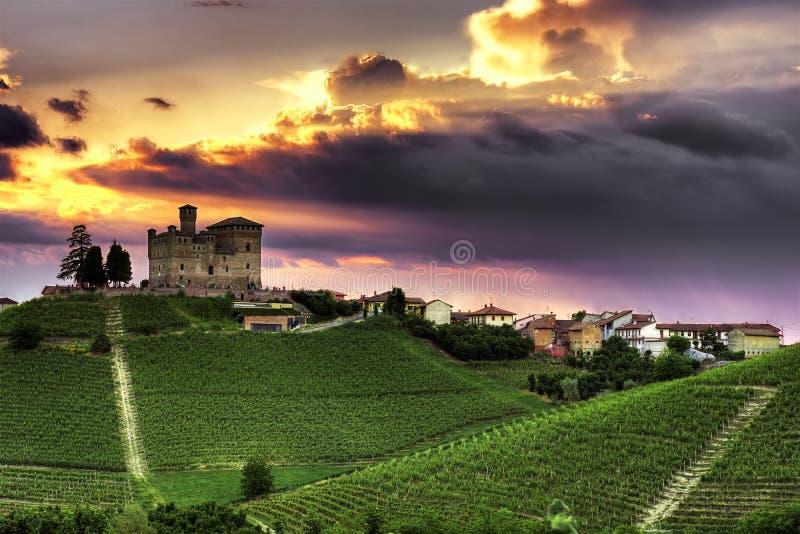 Langhe - Grinzane Cavour bei Sonnenuntergang lizenzfreies stockfoto