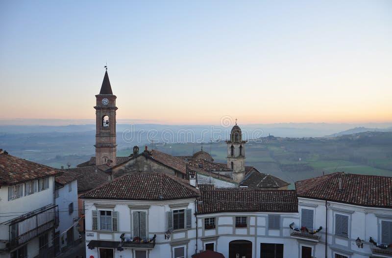 Langhe och Roero region, by av Govone, Piemonte, Italien arkivfoto
