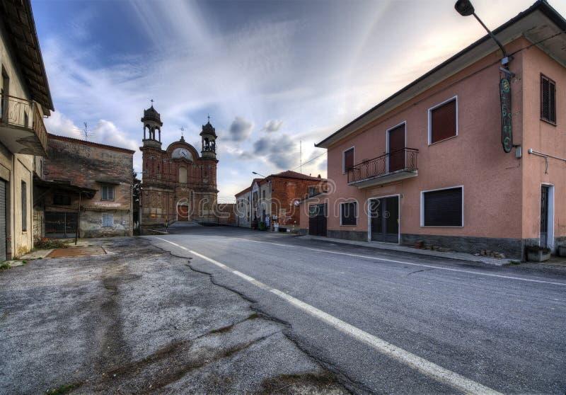 Langhe, Surie de Clavesna, une ville de gosth en Italie image libre de droits