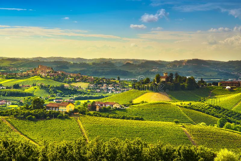 Langhe-Weinberg-Sonnenuntergangpanorama, Roddi-Dorf, Piemont, Italien lizenzfreie stockfotos