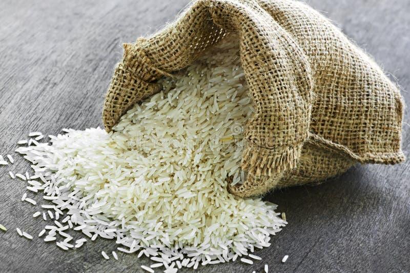 Langkörniger Reis im Leinwandsack lizenzfreie stockfotografie