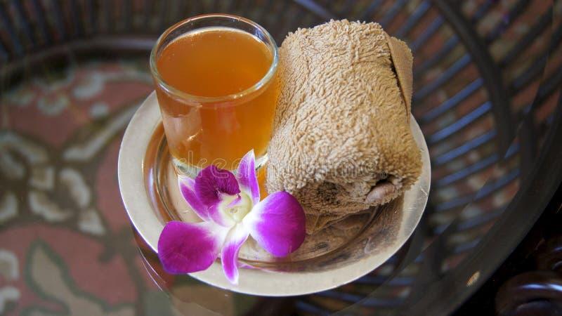 LANGKAWI, MALÁSIA - 4 de abril de 2015: Suco tropical bem-vindo e toalha fria em um hotel de luxo e em uns termas imagem de stock royalty free