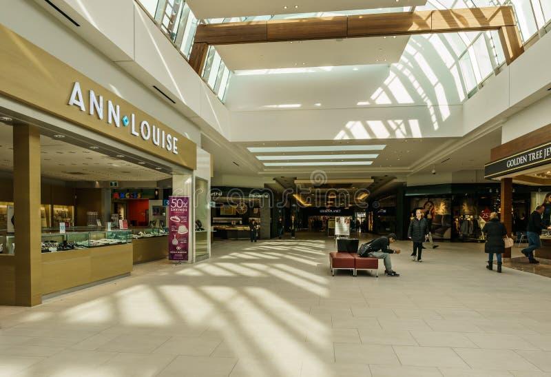 Langley, CANADÁ - 14 de noviembre de 2018: vista interior del centro comercial de Willowbrook fotografía de archivo