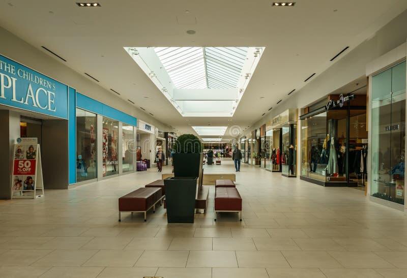 Langley, CANADÁ - 14 de noviembre de 2018: vista interior del centro comercial de Willowbrook imagen de archivo libre de regalías