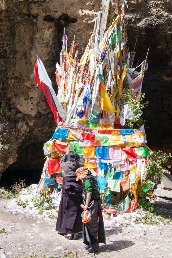 LANGMUSI KINA - SEPTEMBER 25 2014: Tibetant vallfärda på Kirti Gompa (D arkivbild