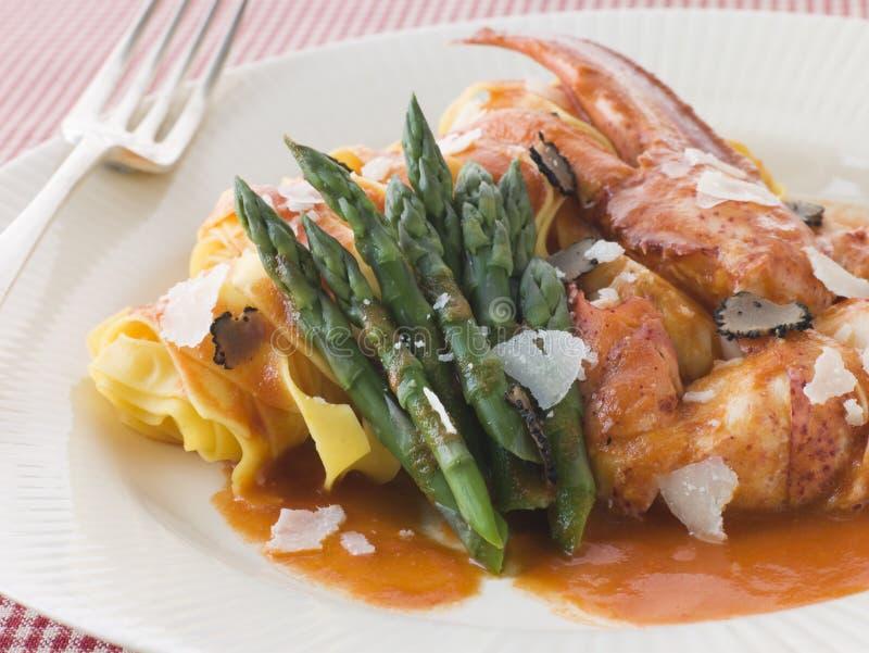 Langoustine Tagaliatelli avec le parmesan d'asperge photographie stock