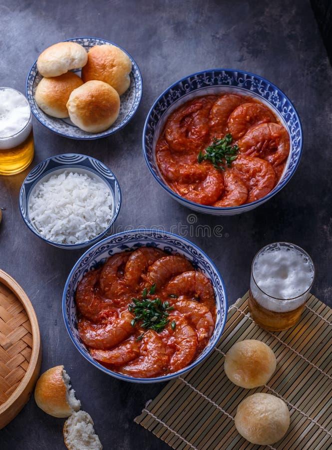 Langoustines en suace picante del chile con el arroz y los bollos cocidos al vapor, cocina asiática foto de archivo libre de regalías