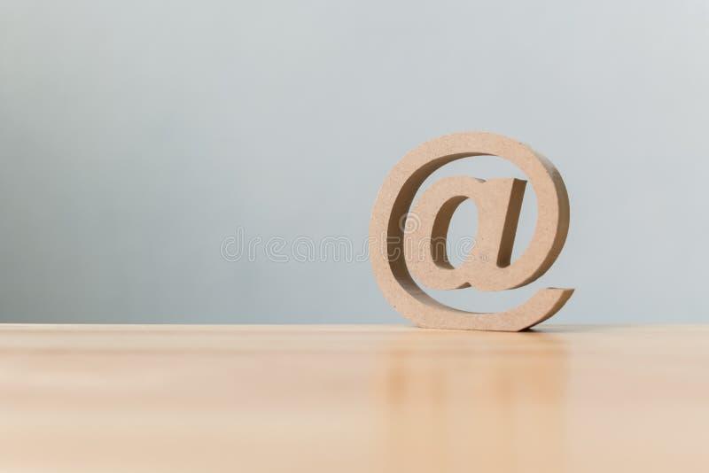 Langs contacteert het houten symbool van het e-mailadrespictogram, ons klantenservice royalty-vrije stock fotografie