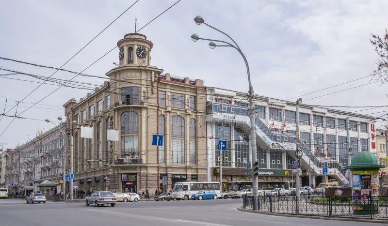 Langs de bewegende auto's en de voetgangers van wegbudennovsky stock afbeeldingen