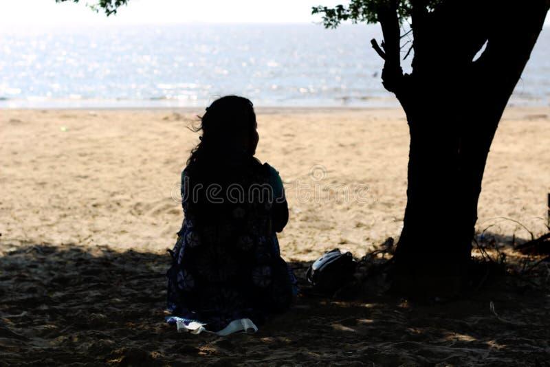 Langs meisje onder een boom royalty-vrije stock fotografie