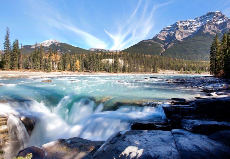 Langsam fließender Wasserfall und Berg stockbilder