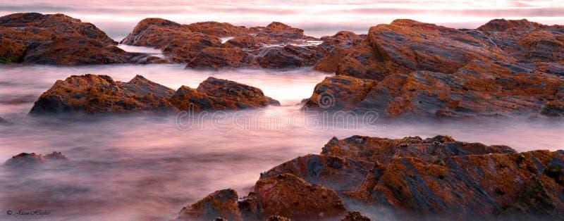 Langsame Belichtungszeit geschossen vom Ozean und von den Felsen lizenzfreies stockfoto
