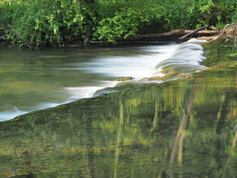 Langsames Wasser und Monet mögen Reflexion lizenzfreie stockfotografie