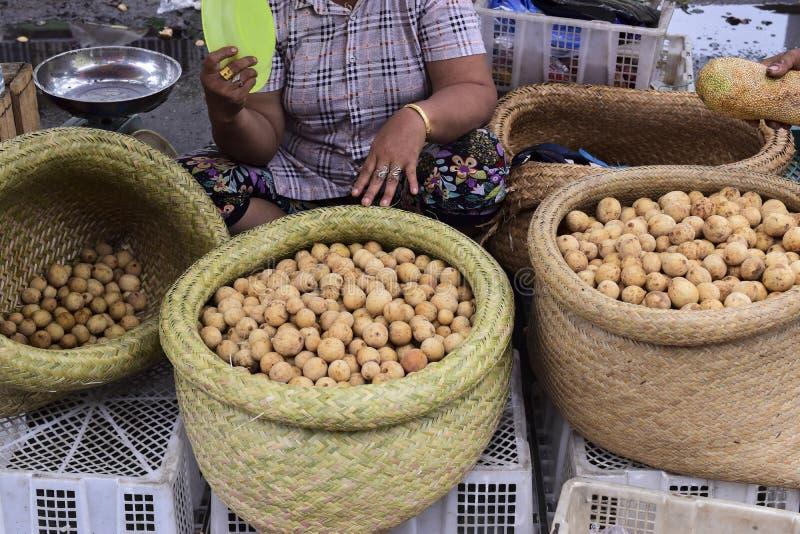 Langsat Lansium domesticum w rynku zdjęcie royalty free