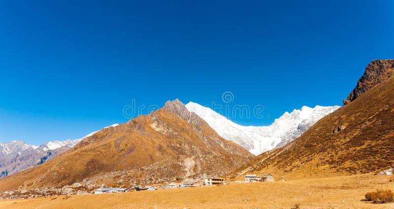 Langtang Kyanjin Gompa wioski Panoramiczne góry zdjęcie royalty free