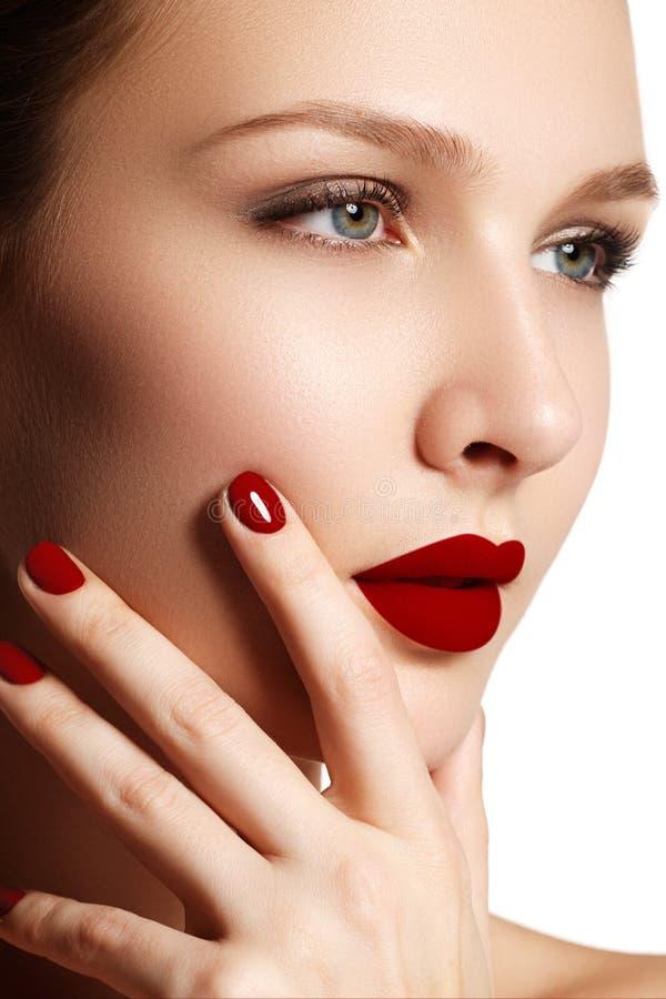 Languettes sexy Détail rouge de maquillage de lèvres de beauté Beaux clos de maquillage image stock