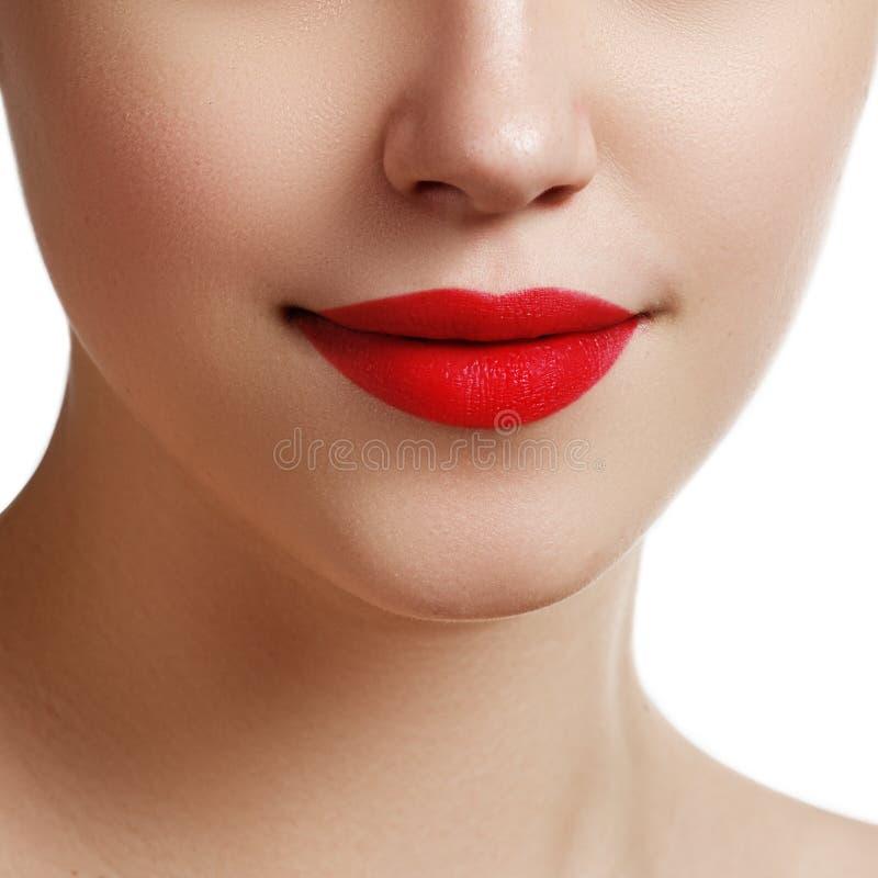 Languettes sexy Détail rouge de maquillage de lèvres de beauté Beaux clos de maquillage images stock
