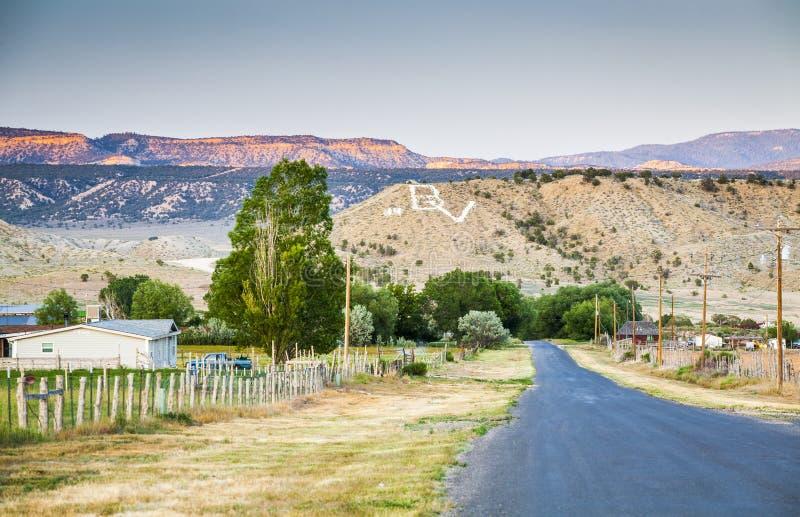 Langweiliges amerikanisches Dorf in den Bergen von Utah lizenzfreie stockbilder