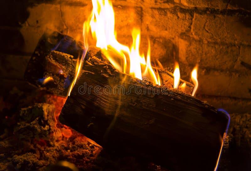 Langzaam brandend firewoods in een open haard stock fotografie