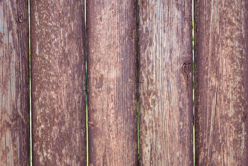 Langzaam verdwenen bruine oude houten planking achtergrond met barsten stock foto's