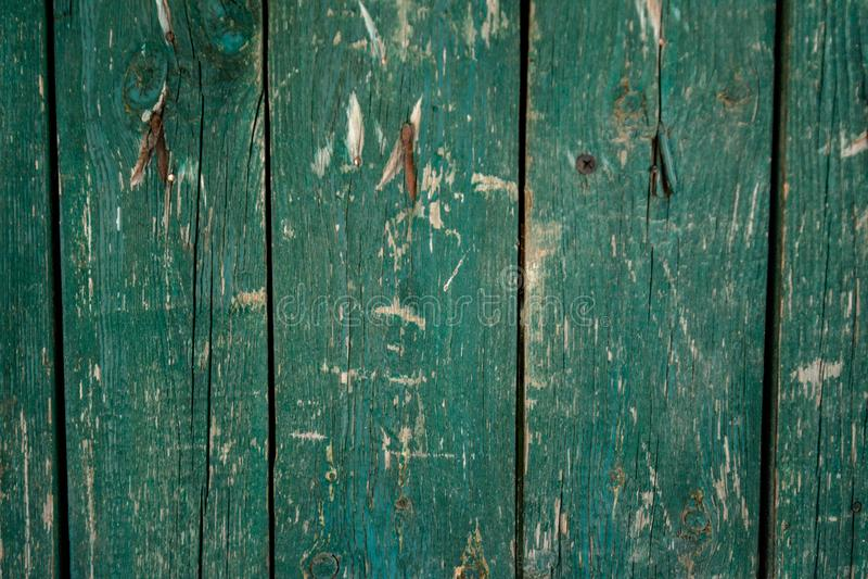 Langzaam verdwenen groene oude houten planking achtergrond met gebreken royalty-vrije stock afbeelding