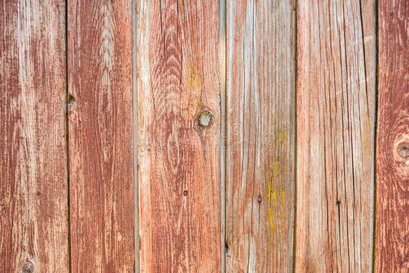 Langzaam verdwenen rode oude houten planking achtergrond met barsten stock foto's