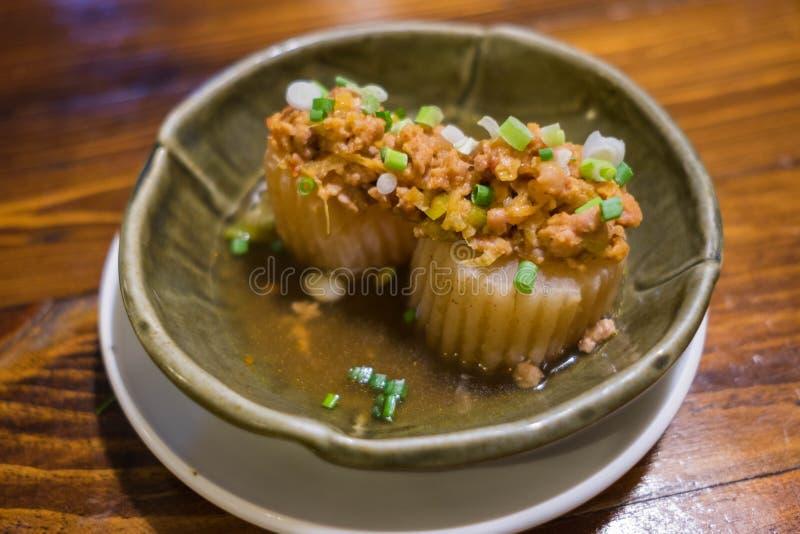 Langzame gekookte radijs in mild zoete die saus met miso fijngehakt varkensvlees wordt bedekt royalty-vrije stock foto's