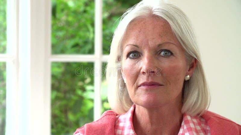 Langzame Motieopeenvolging van het Midden Oude Vrouw Glimlachen bij Camera