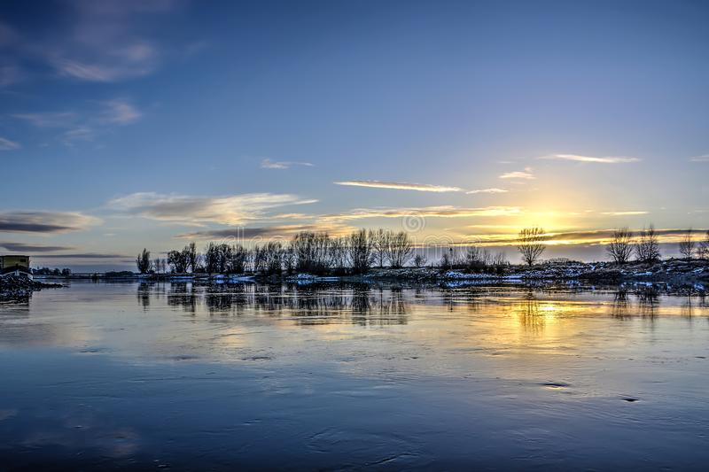 Langzame rivier in de winter stock foto's