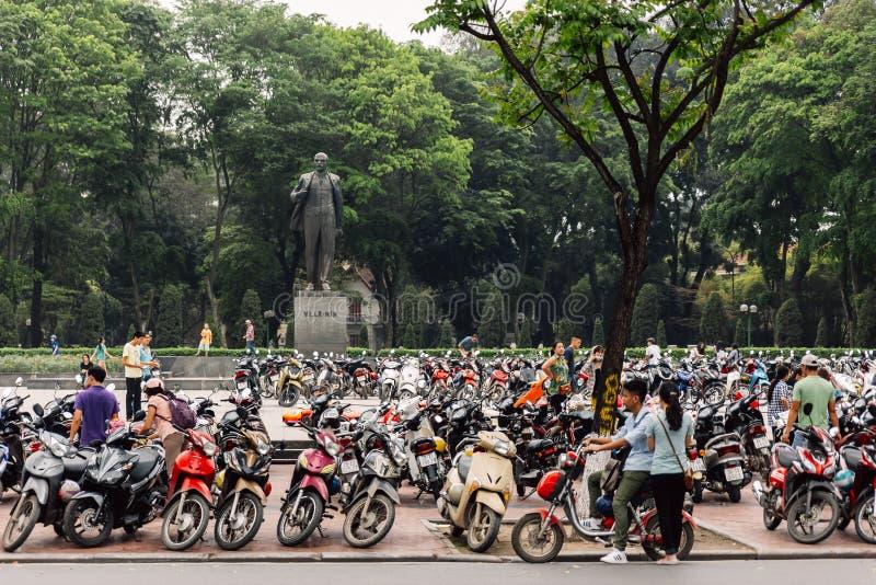 Lanière Nhat Park de parc de Lénine avec des motos de stationnement dans le premier plan et des arbres en parc à l'arrière-plan à image libre de droits